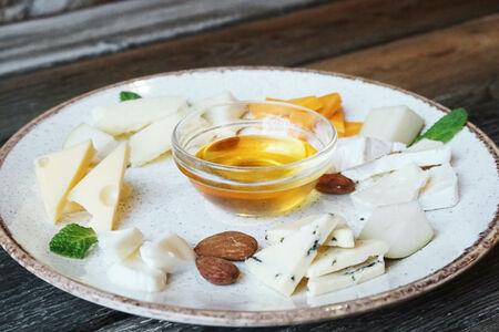 Тарелка благородных сыров