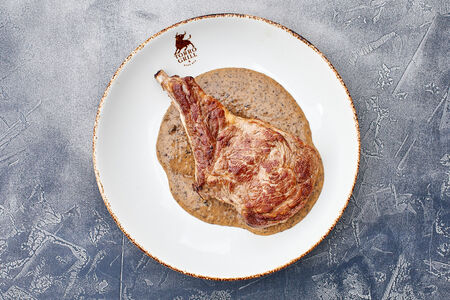 Телятина на кости с соусом из чёрного перца и трюфеля