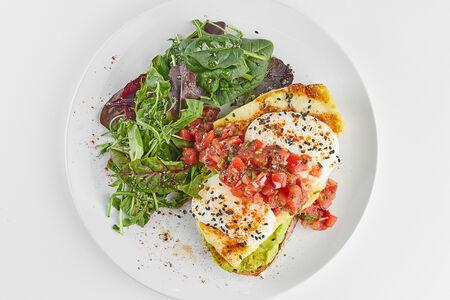 Авокадо-тост с халуми и яйцом пашот