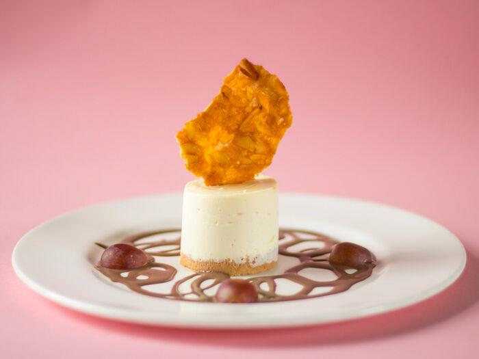 Чизкейк с соусом из молочного шоколада