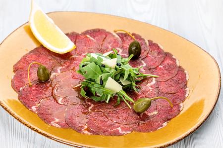 Карпаччо из говядины с рукколой и пармезаном