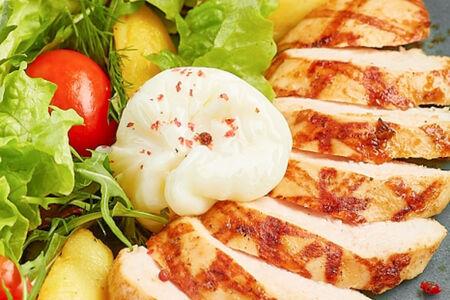 Стейк-салат с цыпленком и яйцом пашот