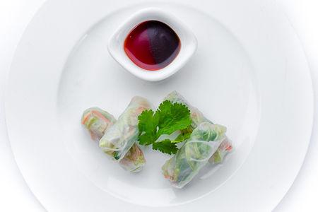 Роллы из рисового теста с овощами и креветками