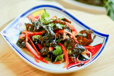 Острый салат из древесных грибов