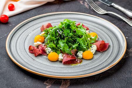 Салат с брезаолой, тыквой и рукколой