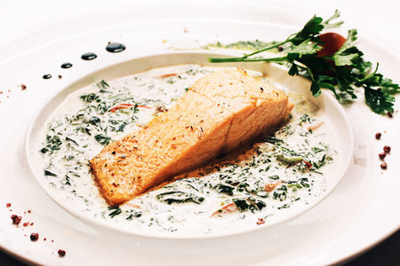 Стейк из лосося со сливочным шпинатом