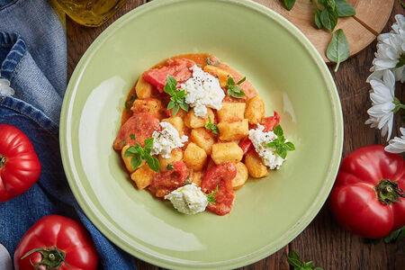Ньокки с копченой рикоттой и томатным соусом