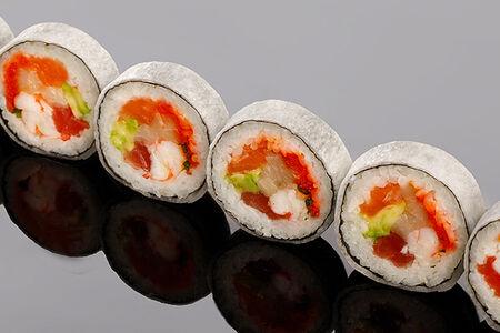 Ролл из тунца, камчатского краба, лосося, лакедры (хамачи) в остром соусе