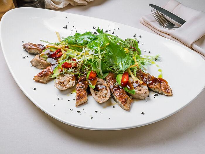 Салат с угрем, перепелкой и авокадо