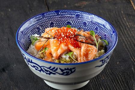 Рис с лососем и красной икрой