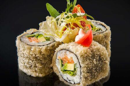 Ролл Цезарь с лососем и зеленый салат