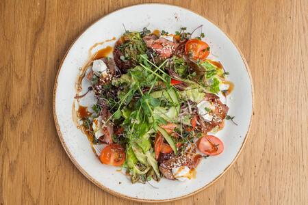Салат с телятиной, сыром и овощами