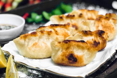 Пельмени китайские с креветкой и яйцом жареные