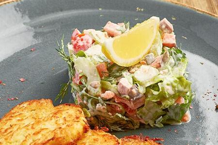 Салат с копченым лососем и драниками