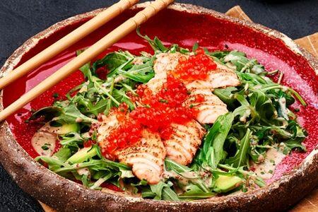Салат с опаленным лососем и красной икрой