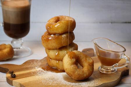 Пончики в сахарной пудре с карамелью