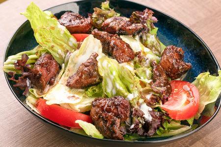 Теплый салат с карамелизированной куриной печенью