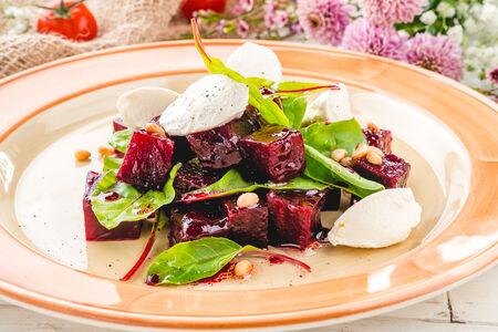 Салат из запечённой свеклы с мягким сыром
