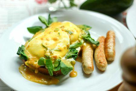 Яйца Бенедикт с колбасками
