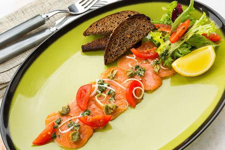 Карпаччо из лосося с хлебцами
