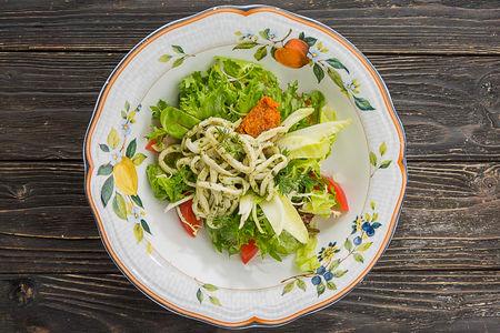 Салат с теплыми кальмарами в соусе песто
