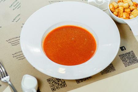 Томатный суп с гренками и сливками
