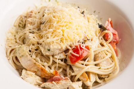 Спагетти с индейкой и соусом песто