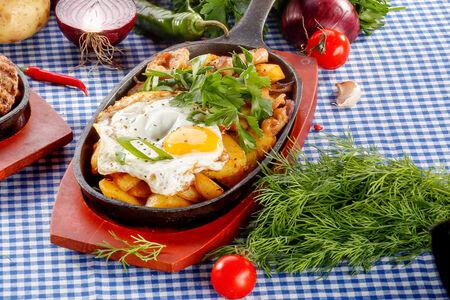 Сковородка с куриным бедром и жареным яйцом