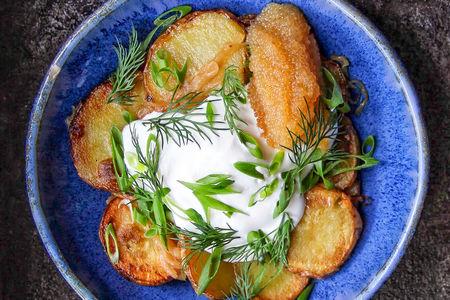 Жареная картошка со сметаной и яйцом пашот