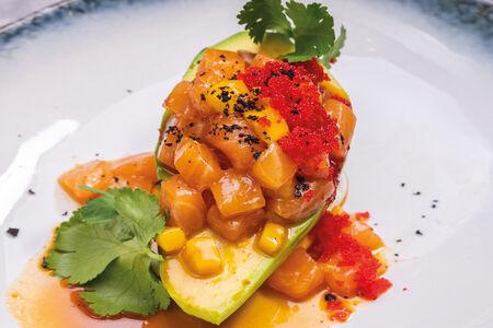 Тартар из лосося на авокадо в соусе Том ям