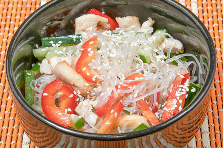 Салат из фунчозы с курицей