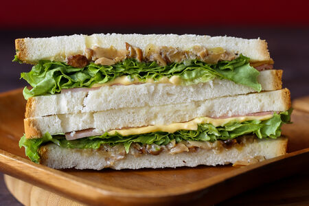 Сэндвич с ветчиной и грибами