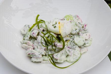Салат из огурцов, редиса под сметаной с яйцом пашот
