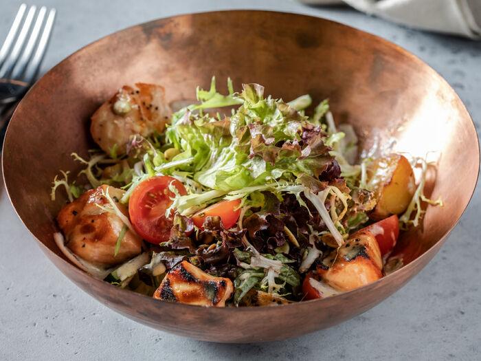Теплый салат с лососем гриль