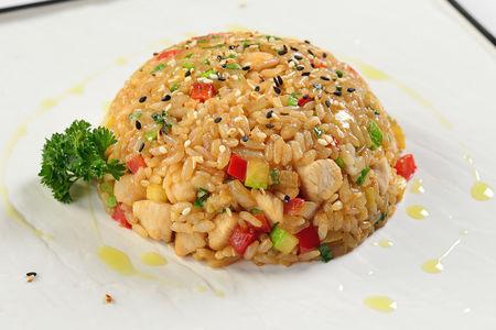 Японский рис с курицей и овощами