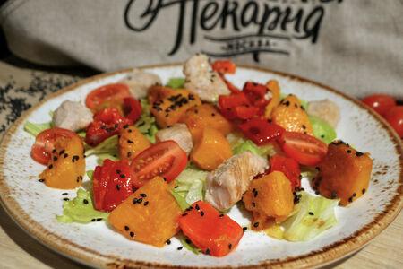 Теплый салат с индейкой и тыквой