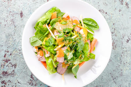 Салат с уткой и соусом манго