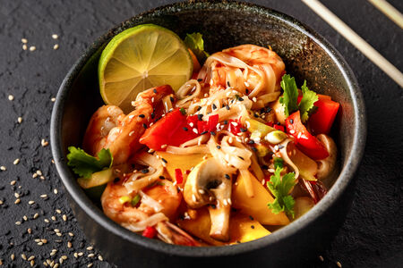 Креветки с рисовой лапшой и овощами