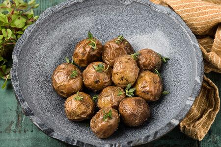 Бейби-картофель с чесноком и травами