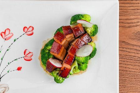 Свиной живот в соусе с брокколи