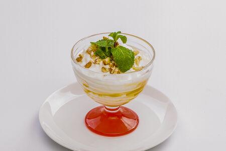 Десерт Мацони с мёдом и орехами