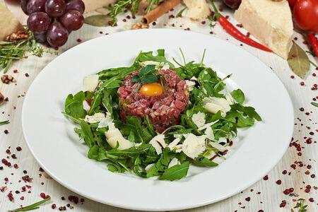 Тартар из говядины с салатом рукола