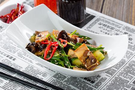 Прессованные щёки с чёрными грибами и овощами