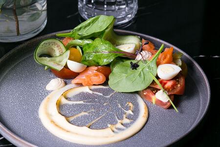 Салат с лососем и огуречным карпаччо