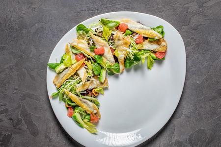 Салат с беломорской корюшкой и авокадо гриль