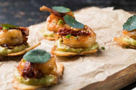 Тапас с креветками в сладком чили соусе с гуакамоле