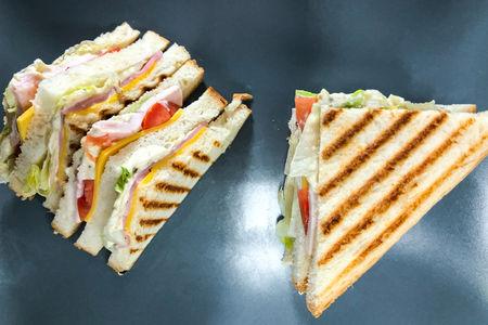 Сэндвич с беконом и ветчиной