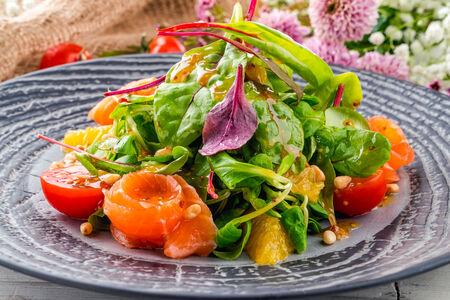 Микс-салат с сёмгой