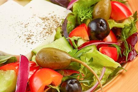 Салат Греческий с маслинами и каперсами