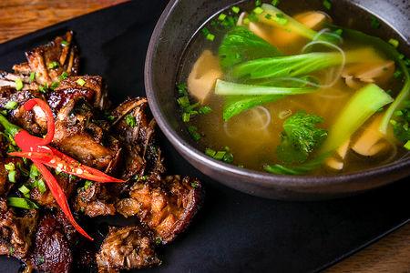 Утиный суп с лапшой и грибами Цаогу